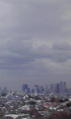 高層ビルの向こうに嵐の予感